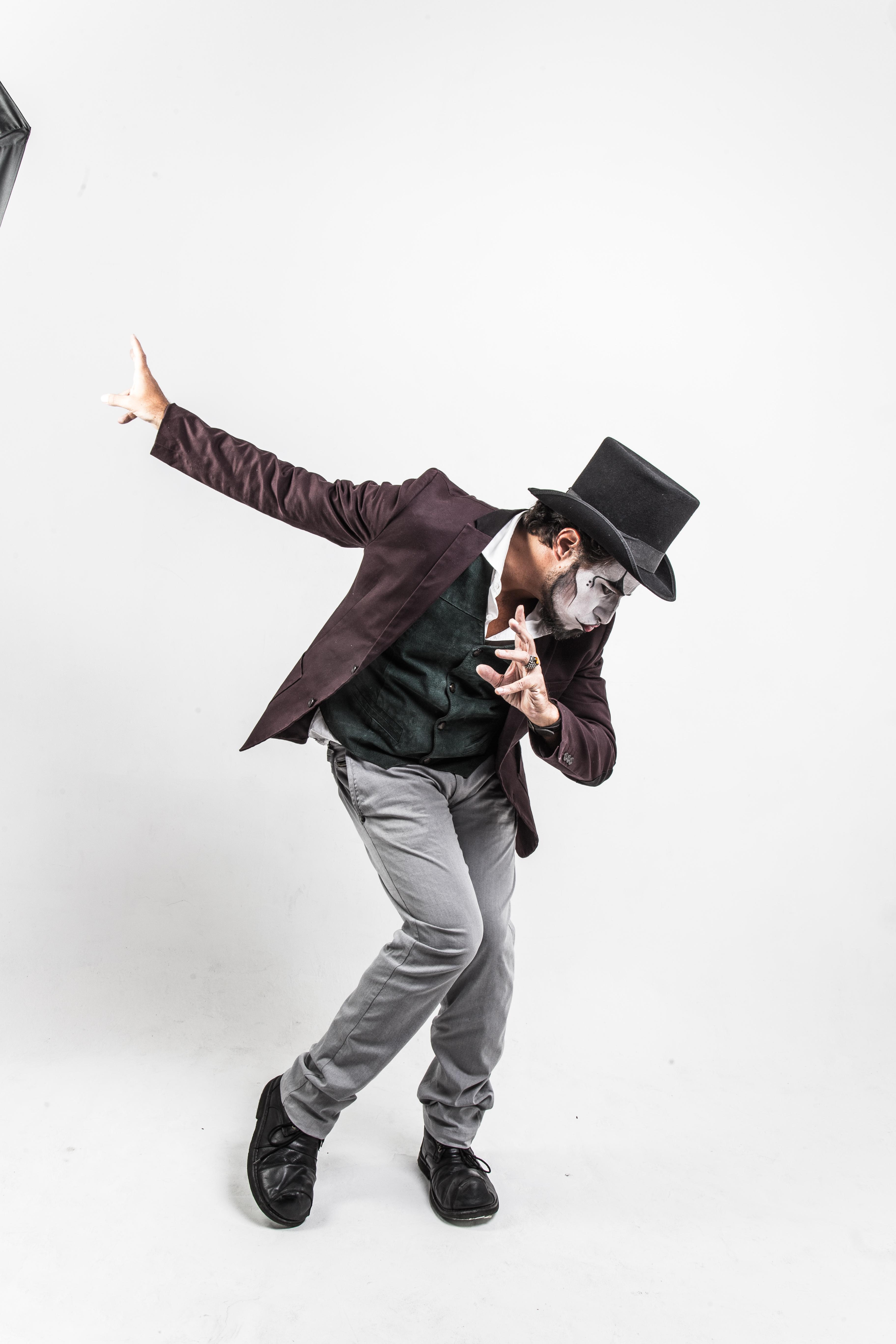 Vocalista do Teatro Mágico estreia temporada do show Fernando Anitelli Convida no Teatro MorumbiShopping