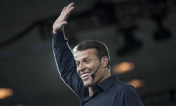 Tony Robbins, o maior estrategista de Vida e Negócios do mundo, está de Volta ao Brasil!
